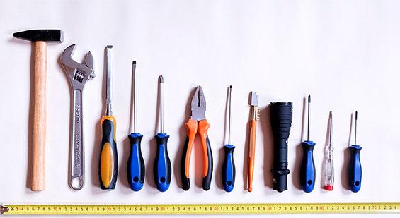 caixa de ferramenta com alicate, chave de fenda, chave philips, lanterna, martelo e chave inglesa